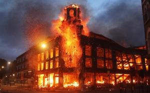 Un edificio arde en llamas en la ciudad inglesa de Tottenham. Fuente: The Big Picture