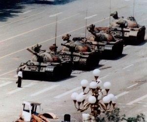 Un hombre se enfrenta a tanques, 1989/ Fuente: El País