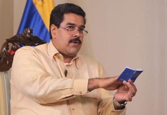 Maduro con la constitución/ Fuente: Infolatam