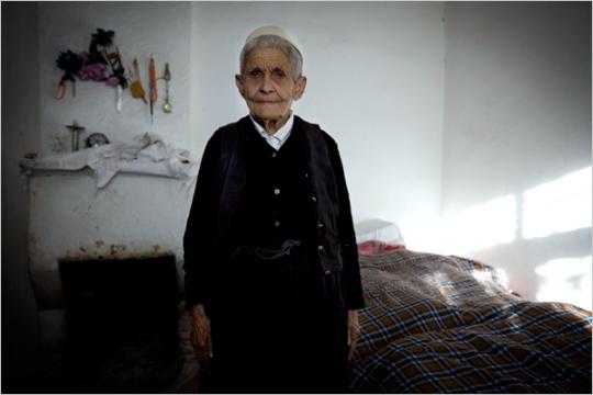 Qamile Stema (88 años).  Fotografía de Johan Spanner, del New York Times.