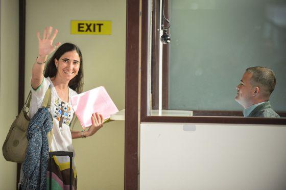Yoani Sánchez en su salida de Cuba; Foto: AIM Digital