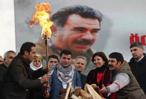 Kurdos e imagen de Öcalan/ Fuente: Al Jazeera